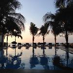 酒店泳池 和 外面海滩