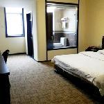 干净整齐、床单、被子洁白如新,淡雅整洁、配套齐全,明亮与柔和交相映衬,柔软的床被,舒适的睡一个好觉。独立卫浴,全天二十四小时热水更会让您感受到家的温暖