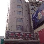 占据繁华市中心的宾馆外围图片