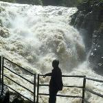 腾龙洞入口的大瀑布