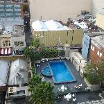 楼上看酒店泳池