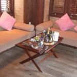 水上屋-入门小客厅,两张贵妃椅,左边的