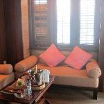 水上屋-入门小客厅,两张贵妃椅,右边的