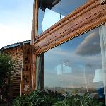 楼上的就是205套房的落地大窗,正对着湖景