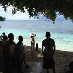treasure island的岛民对游客的欢迎。海水很蓝
