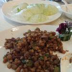 鹅肝粒生菜包