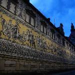 酒店外的世界最大的瓷砖壁画长廊