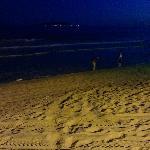 吃完火锅遛遛下边的沙滩