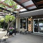酒店大门外就是餐厅,边吃饭边欣赏室外的景色,很惬意