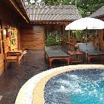 泰式别墅外面小游泳池