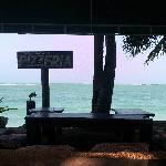 餐厅靠海的躺椅很惬意