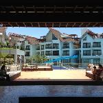带冲浪游泳池的酒店