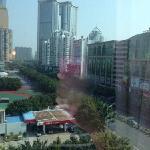 从窗户看出去的街景