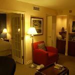 套房的客厅和卧室,以及简单厨房设施