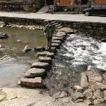 溪流在村中淌过