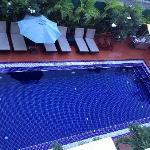 酒店的游泳池,旁边鸡蛋花落到池子里特别美~