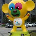 在亚青会期间南京万达希尔顿酒店门口的吉祥物