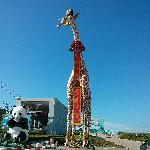 景区门口前放置的长颈鹿、熊猫像