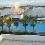 泳池以及窗外风景