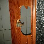厕所门是烂的