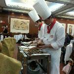 师傅正在切鸭肉