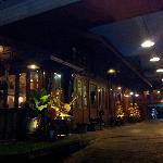 夜景的酒店门口