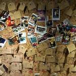 写了张留言放在照片墙上