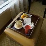 行政房送的巧克力跟水果。