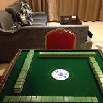 带麻将桌的客厅