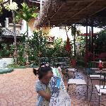 小丫头在酒店的院子里