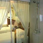 浴室有防水布帘隔开卧室,创造小情调