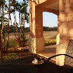 朝阳洒在阳台上,喝一杯咖啡,很惬意。
