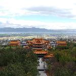 山顶上远眺崇圣寺景区的美丽