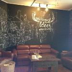 大厅的手绘墙和沙发相当有感觉!
