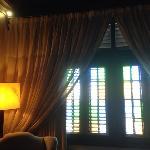 房间内部的百叶窗
