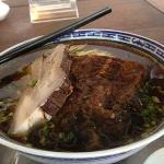 红汤闷肉爆鱼面