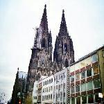 古老教堂和现代城市