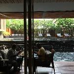 餐厅靠着泳池