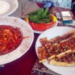 美味到爆呀,几个中年大叔经营的餐馆,带眼睛的大叔超级Nice,绝对是我们在土耳其吃到的最棒的餐馆,没有之一!