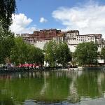 布达拉宫印衬下的龙王潭