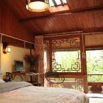 丽江快乐驿站客栈,二楼房间都有天窗,床上就可以晒到太阳赏月