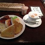 早餐480日元,面包吐司随便吃