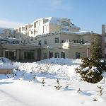 积雪覆盖下的漠河金马饭店
