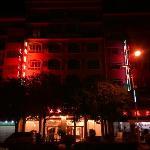 晚间看到的酒店外观