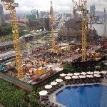 豪华园景房里俯瞰酒店泳池