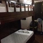 很棒的四人间,有自己的柜子,楼梯去上铺,而且全木质的