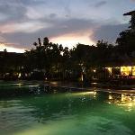 夜景游泳池