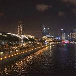 夜晚的新加坡滨海湾步道
