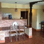房间内的厨房和餐厅
