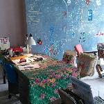 喜欢这个办公桌和大厅的涂鸦板~